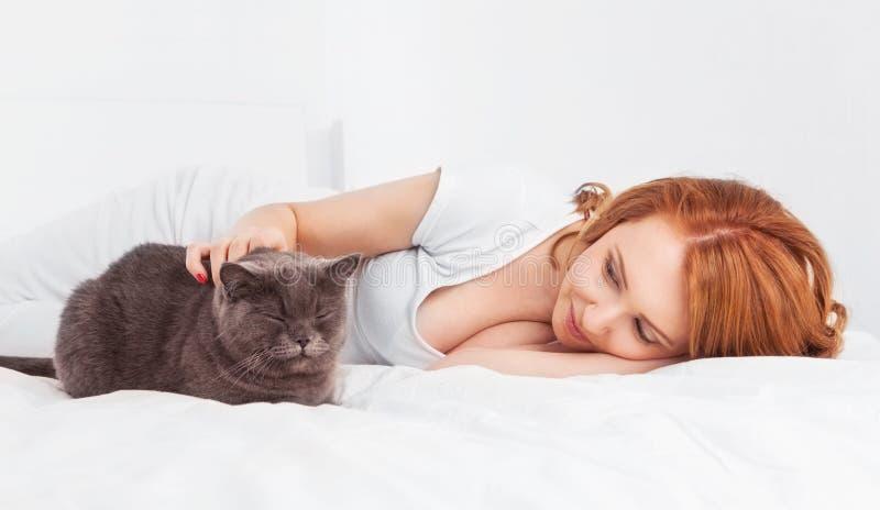 Kvinna med en katt royaltyfri foto