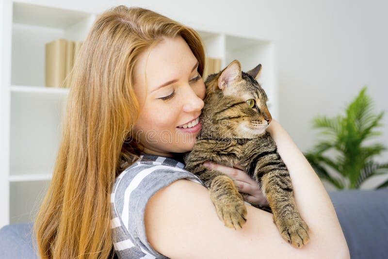 Kvinna med en katt arkivbild