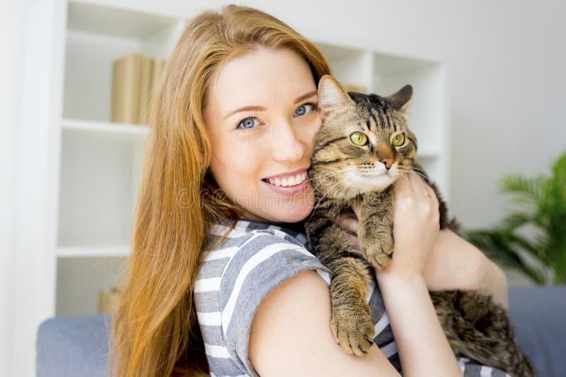 Kvinna med en katt royaltyfri bild