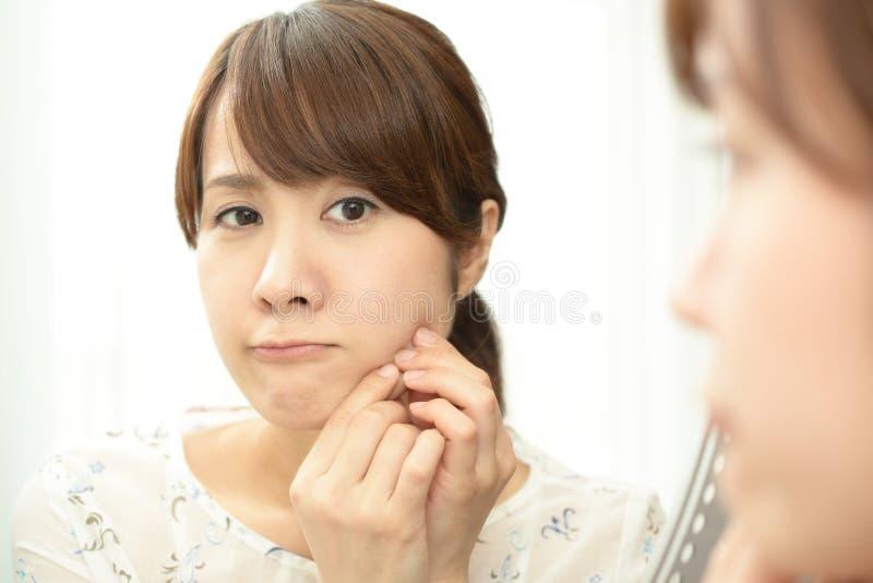 Kvinna med en orolig blick fotografering för bildbyråer