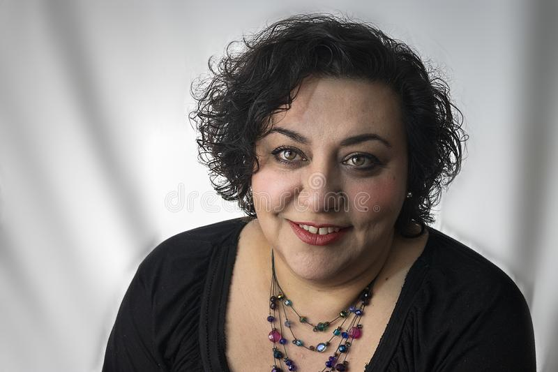 Kvinna med en prydd med ädelsten halsband royaltyfri fotografi
