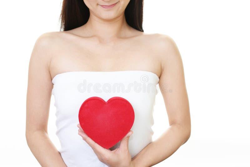 Kvinna med en röd hjärta arkivbilder
