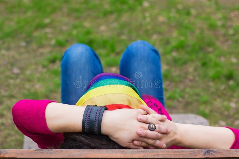 Kvinna med en regnbågebandanna arkivfoto