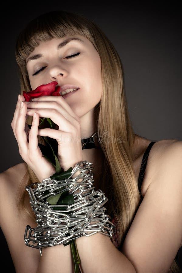 kvinna med en ros royaltyfri bild