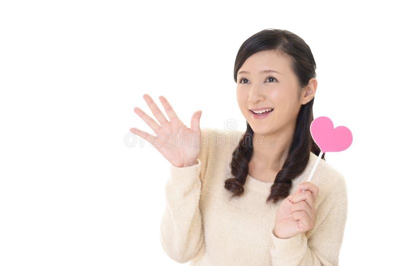 Kvinna med en rosa hjärta arkivfoto