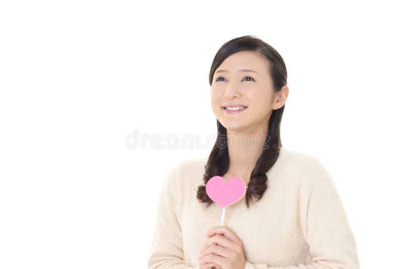 Kvinna med en rosa hjärta fotografering för bildbyråer