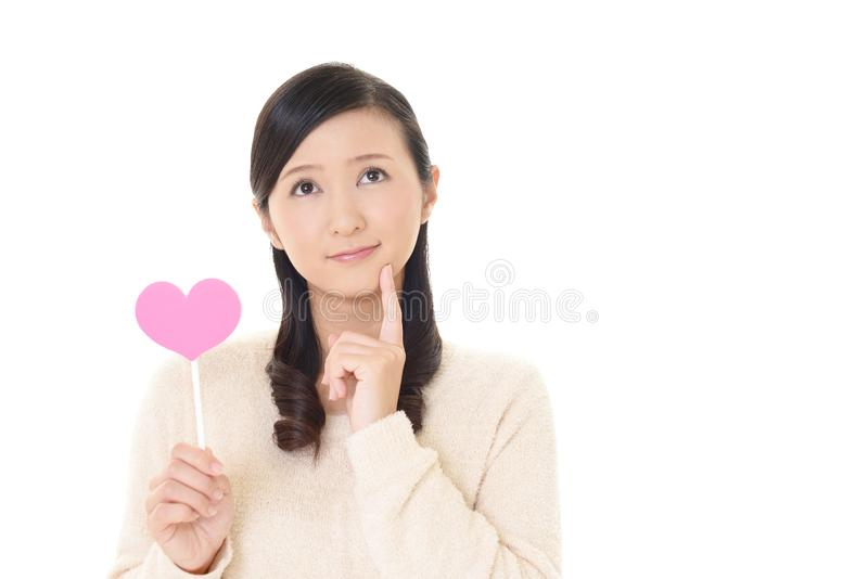Kvinna med en rosa hjärta arkivfoton