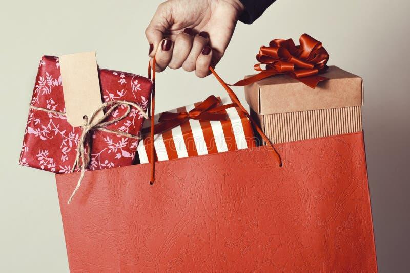 Kvinna med en shoppingpåse mycket av gåvor royaltyfria bilder