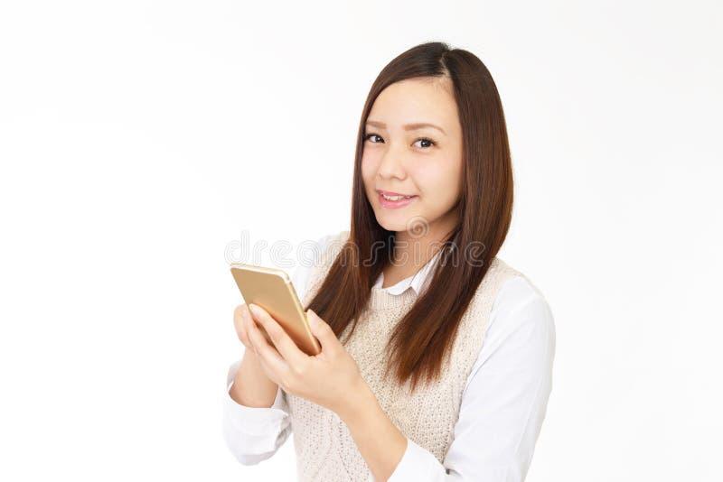 Kvinna med en smart telefon royaltyfri fotografi