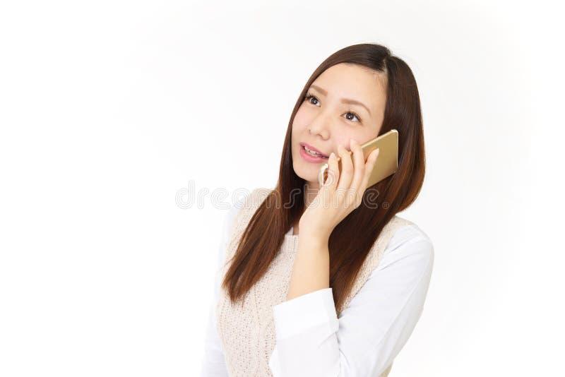 Kvinna med en smart telefon arkivfoto