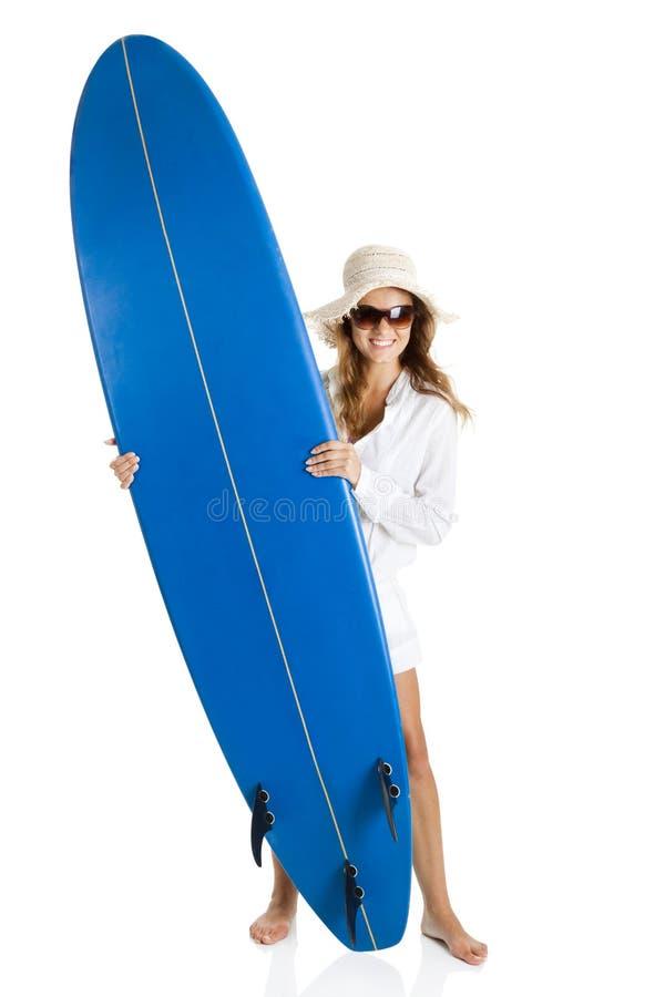Kvinna med en surfingbräda arkivbild
