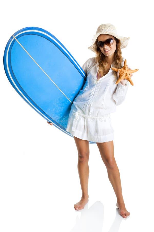 Kvinna med en surfingbräda arkivbilder