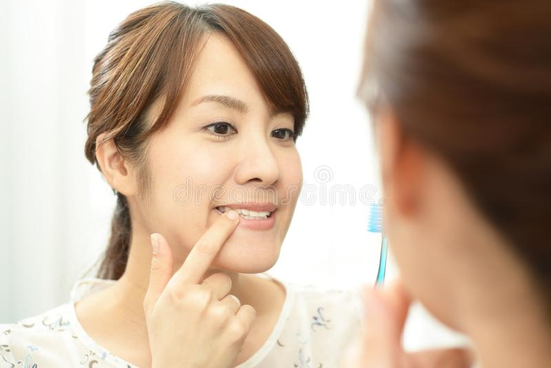 Kvinna med en tandborste arkivfoton
