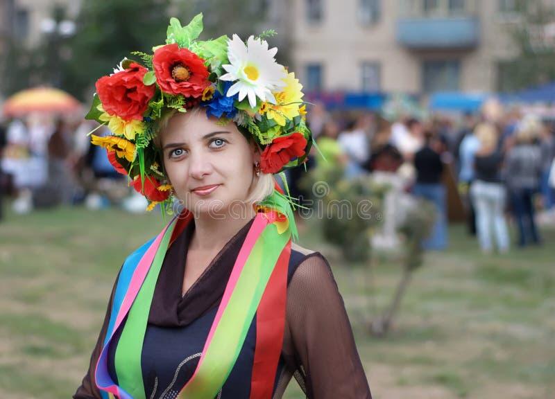 Kvinna med en ukrainsk krans royaltyfria foton