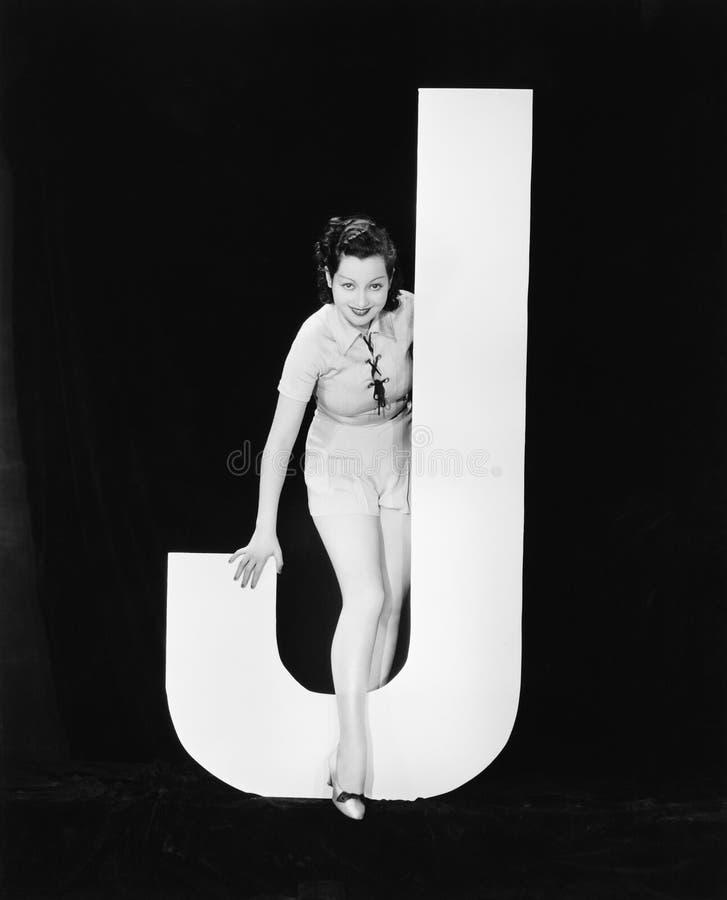 Kvinna med enorm bokstav J (alla visade personer inte är längre uppehälle, och inget gods finns Leverantörgarantier att det ska f arkivfoto