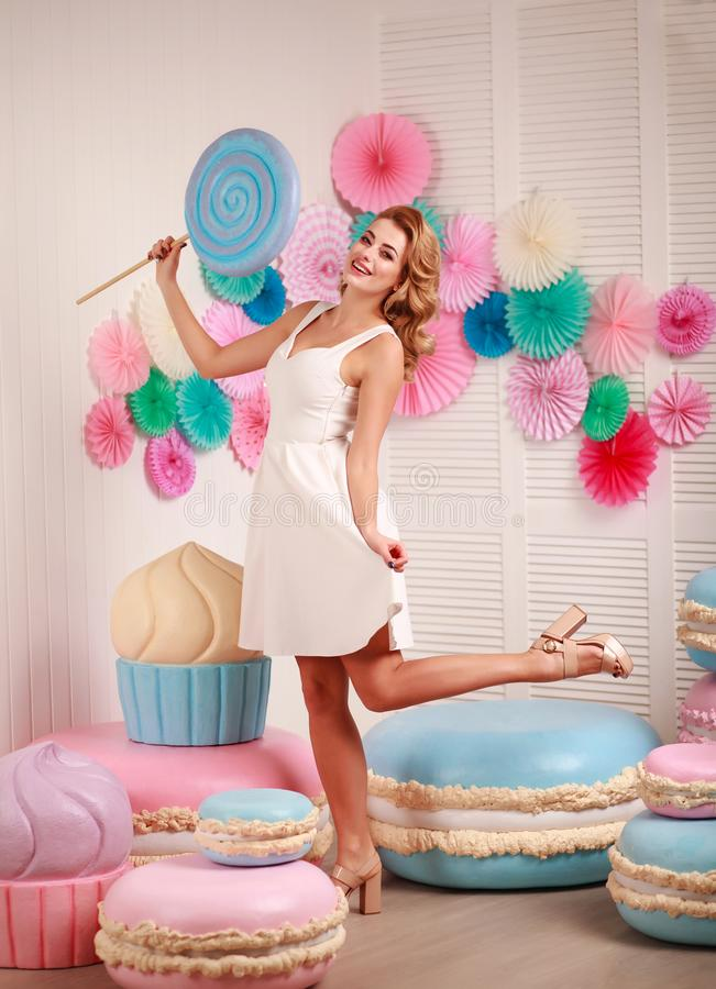 Kvinna med enorm marshmallow- och klubbasötsakdröm royaltyfri foto