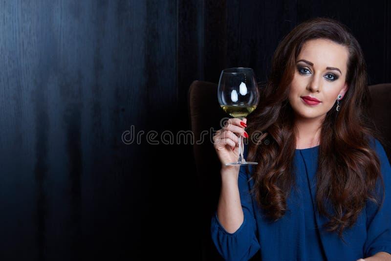 kvinna med ett exponeringsglas av wine royaltyfri fotografi