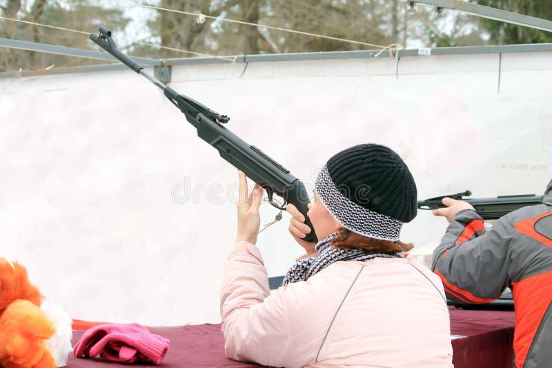Kvinna med ett gevär fotografering för bildbyråer