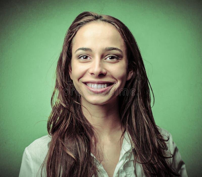 Kvinna med ett härligt leende arkivbilder