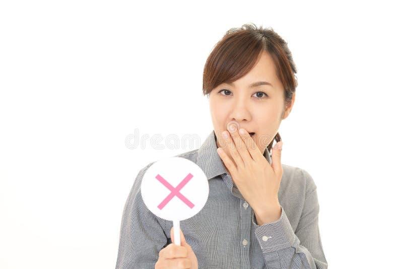 Kvinna med ett inget tecken arkivfoton