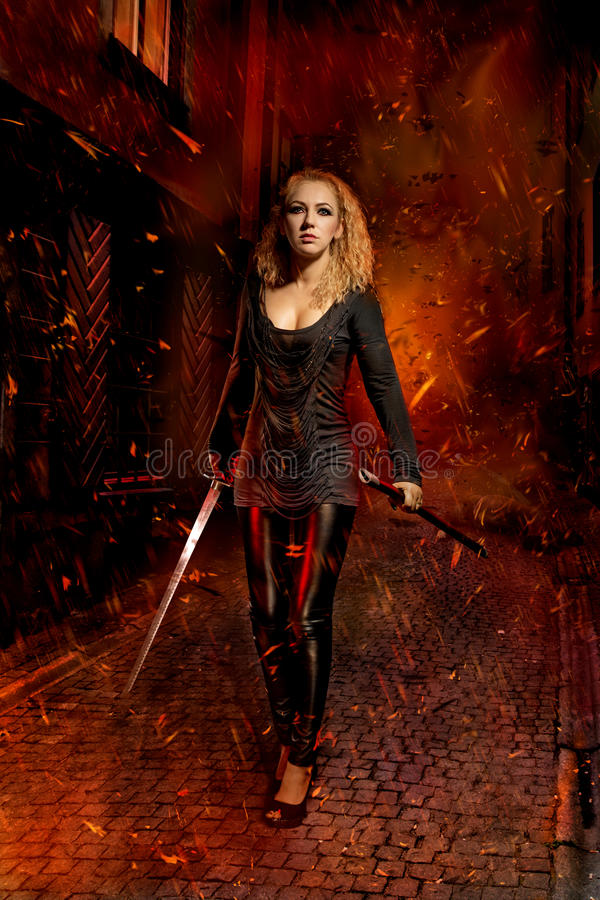 Kvinna med ett svärd royaltyfri fotografi