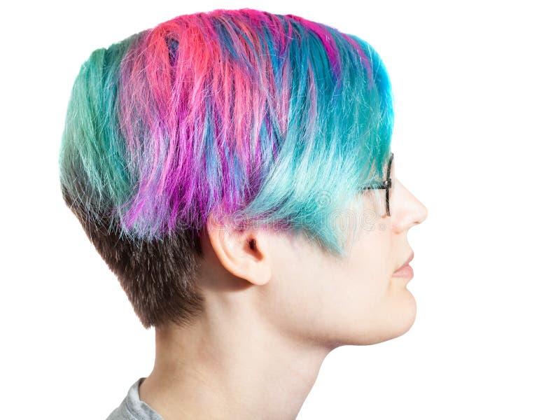Kvinna med exponeringsglas och mång- kulöra färgade hår arkivbild