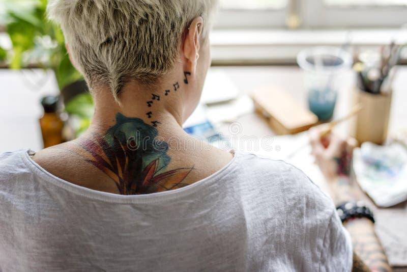 Kvinna med färg för tatueringmålningvatten Art Work Hobby Leisure Re royaltyfri foto