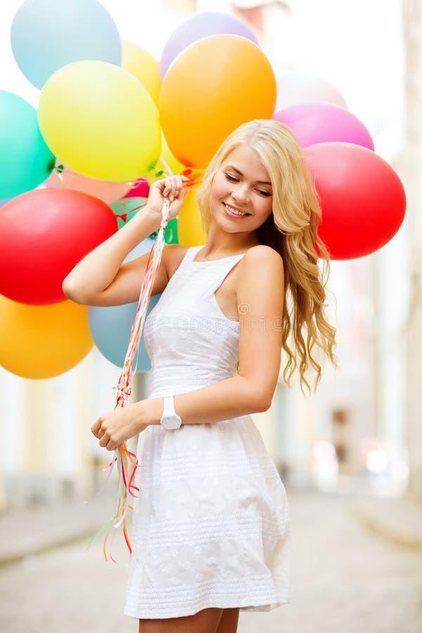 Kvinna med färgrika ballonger royaltyfri fotografi