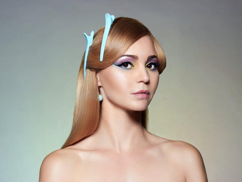 Kvinna med färgrikt smink hårnål i hår royaltyfri foto