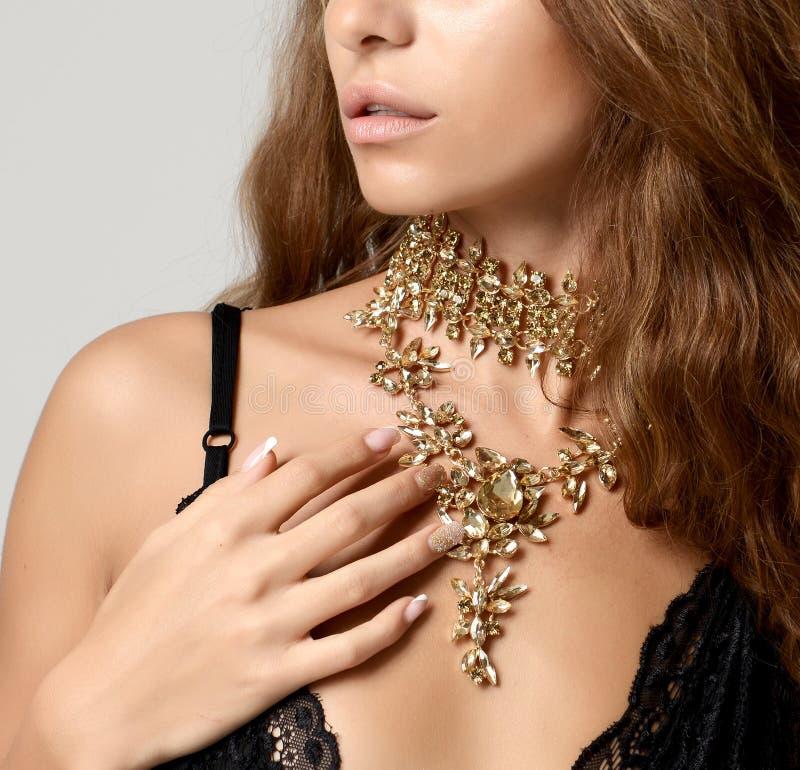 Kvinna med för diamanthänge för tappning den guld- halsbandet för smycken med bi arkivfoto