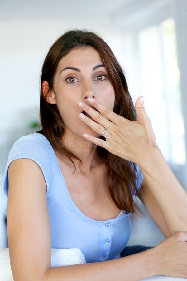Kvinna med förvånad blick arkivbild