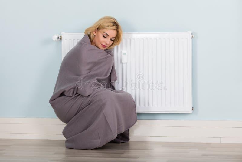Kvinna med filtlidande från förkylning arkivbilder