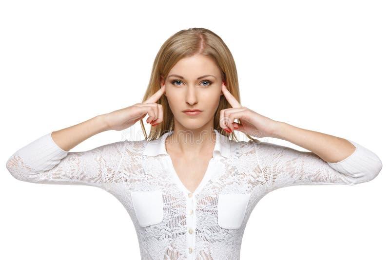Kvinna med fingrar i öron fotografering för bildbyråer