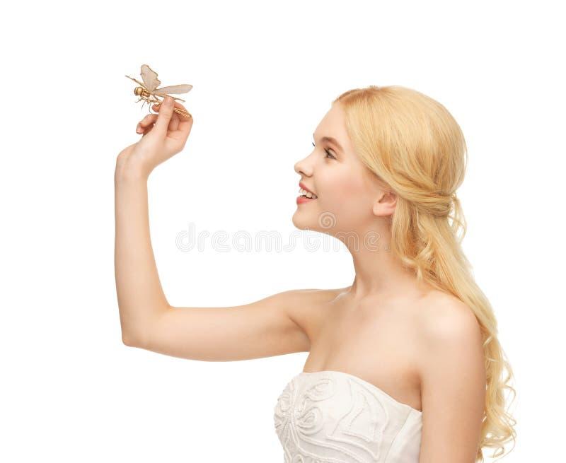 Kvinna med fjärilen i hand arkivbild