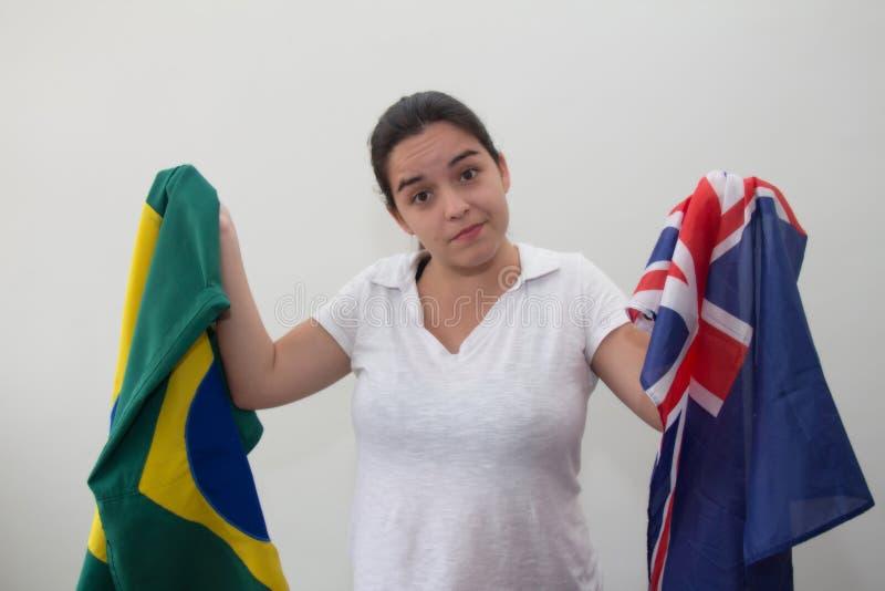 Kvinna med flaggor i den vita bakgrunden arkivbild