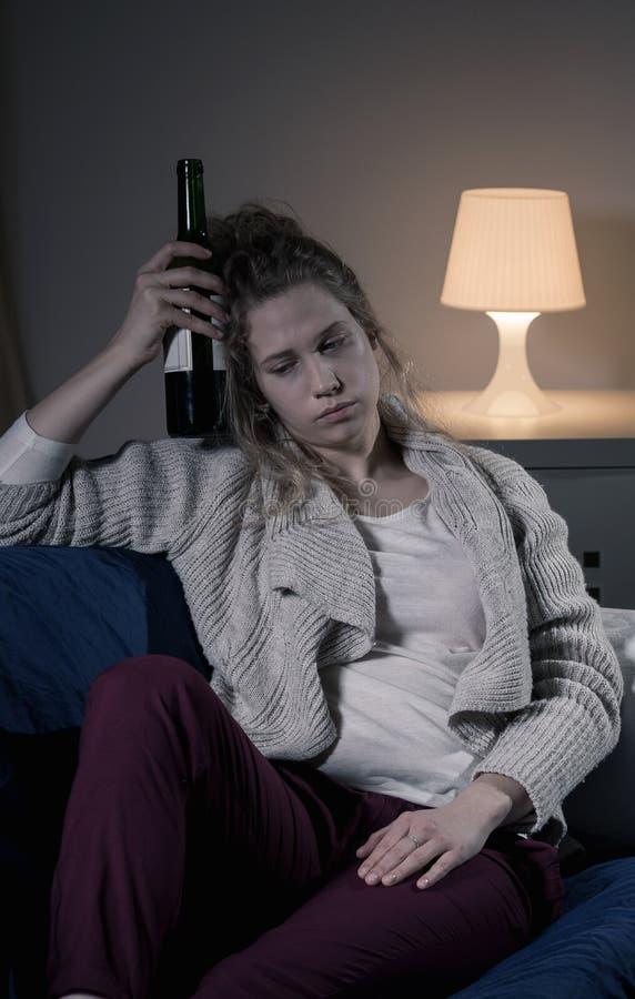 Kvinna med flaskan av wine arkivbilder
