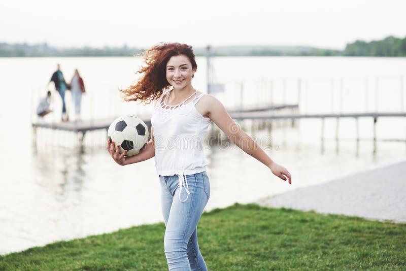 Kvinna med fotbollbollen royaltyfri bild