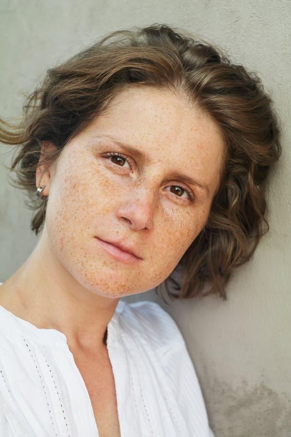 Kvinna med fräknar royaltyfri foto