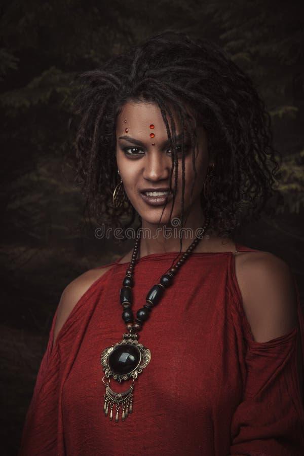 Kvinna med frisyrdreadlocks royaltyfria bilder