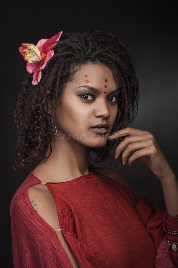 Kvinna med frisyrdreadlocks arkivbild