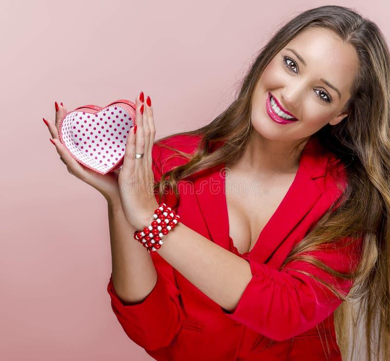 Kvinna med gåvaasken i valentindag royaltyfri fotografi