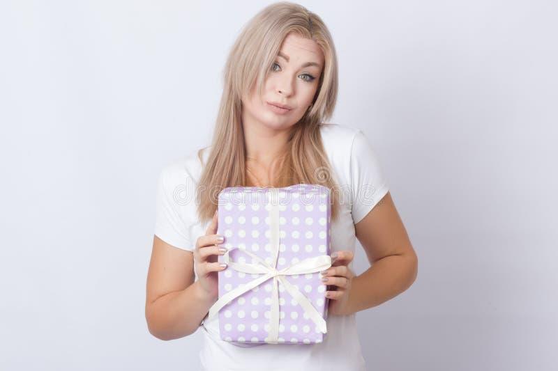 Kvinna med gåvan i henne händer royaltyfri bild