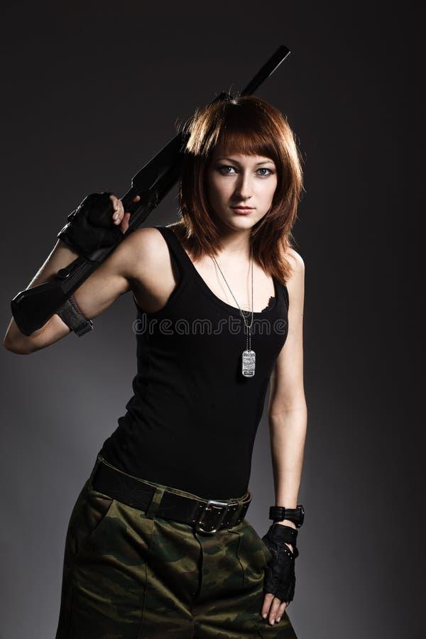 Kvinna med geväret arkivfoto