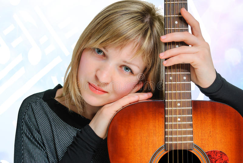 kvinna med gitarren royaltyfria bilder
