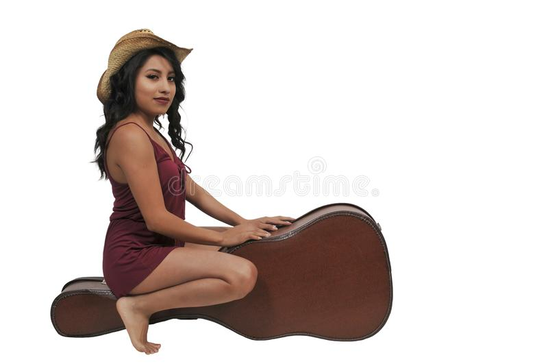 Kvinna med gitarrfallet royaltyfri fotografi