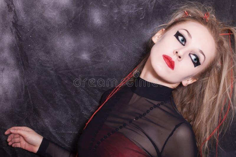 Kvinna med gotiskt allhelgonaaftonsmink royaltyfri foto