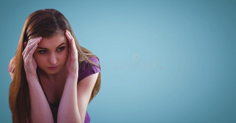 Kvinna med händer runt om framsida mot blå bakgrund stock illustrationer