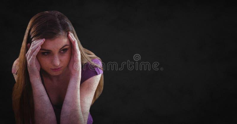 Kvinna med händer runt om huvudet mot svart bakgrund med grungesamkopieringen fotografering för bildbyråer