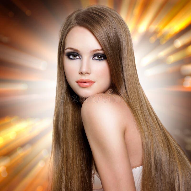 Kvinna med härligt långt rakt hår och den attraktiva framsidan arkivbilder
