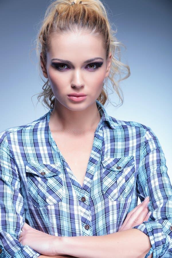 Kvinna med härligt sminkanseende med korsade händer fotografering för bildbyråer